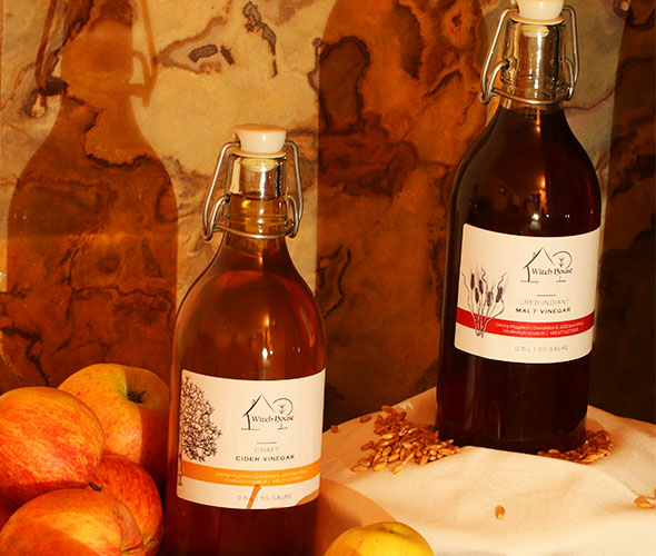 "Produktfoto von den beiden Witch House Vinegars ""Craft"" und ""Red Indian"""